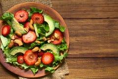Φράουλα, αβοκάντο, σαλάτα μαρουλιού με τα καρύδια των δυτικών ανακαρδίων Στοκ Εικόνα