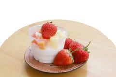 Φράουλα, γιαούρτι, γιαούρτι, γιαούρτι στοκ εικόνες