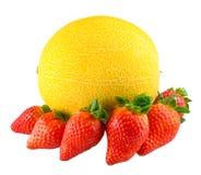 Φράουλα γύρω από το Rip πεπόνι που απομονώνεται στο λευκό στοκ εικόνες με δικαίωμα ελεύθερης χρήσης