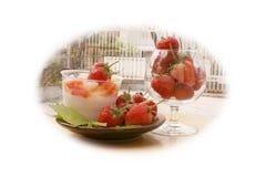 Φράουλα, εστίαση στην ομάδα φράουλας στο γυαλί και γιαούρτι στοκ εικόνες