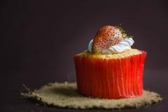 Φράουλα κέικ φλυτζανιών Στοκ εικόνες με δικαίωμα ελεύθερης χρήσης