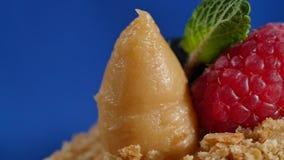 Φράουλα και βακκίνια Cuted στο κέικ Ο σπινθήρας ανάφλεξης σε ένα κέικ παιδιών ` s με τις φράουλες και τα βακκίνια φιλμ μικρού μήκους