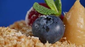 Φράουλα και βακκίνια Cuted στο κέικ Ο σπινθήρας ανάφλεξης σε ένα κέικ παιδιών ` s με τις φράουλες και τα βακκίνια απόθεμα βίντεο