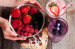 Φράουλα και βακκίνιο μούρων milkshakes στοκ εικόνες