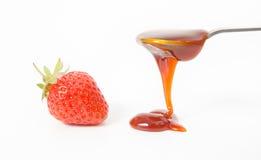 Φράουλα και κουτάλι με την κόκκινη μαρμελάδα στοκ εικόνα