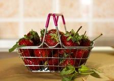 Φράουλα και μέντα σε ένα καλάθι αγορών Στοκ φωτογραφία με δικαίωμα ελεύθερης χρήσης