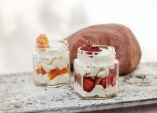 Φράουλα και μανταρίνι με το επιδόρπιο κρέμας Στοκ εικόνες με δικαίωμα ελεύθερης χρήσης
