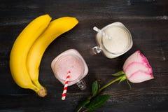 Φράουλα και μπανάνα milkshakes στοκ εικόνα