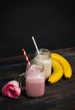 Φράουλα και μπανάνα milkshakes στοκ φωτογραφίες με δικαίωμα ελεύθερης χρήσης