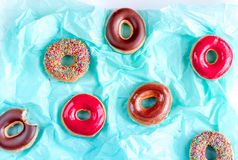 Φράουλα και σοκολάτα donuts με καλύμματος το μπλε εγγράφου σχέδιο άποψης υποβάθρου τοπ Στοκ φωτογραφίες με δικαίωμα ελεύθερης χρήσης