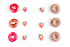 Φράουλα και σοκολάτα donuts που απομονώνονται στο άσπρο πρότυπο άποψης υποβάθρου τοπ Στοκ Φωτογραφία