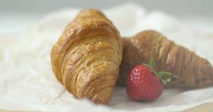 Φράουλα και croissants απόθεμα βίντεο