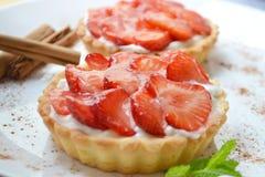 φράουλα κρέμας κέικ στοκ εικόνες