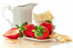 Φράουλα με τα μπισκότα και την κρέμα Στοκ Εικόνα