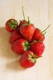 Φράουλα πέρα από τον ξύλινο πίνακα Στοκ Φωτογραφία