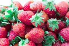 Φράουλα που απομονώνεται στην άσπρη διακοπή υποβάθρου Στοκ Φωτογραφίες