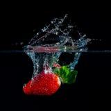 Φράουλα που περιέρχεται στο νερό Στοκ Φωτογραφία