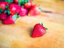 Φράουλα σε έναν ξύλινο πίνακα Στοκ Φωτογραφίες
