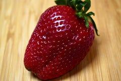 Φράουλα σε έναν ξύλινο πίνακα Στοκ Εικόνες