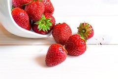Φράουλα σε ένα άσπρο ξύλινο υπόβαθρο Στοκ φωτογραφίες με δικαίωμα ελεύθερης χρήσης