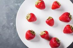 Φράουλα σε ένα άσπρο πιάτο Φρέσκια φράουλα σε ένα ελαφρύ υπόβαθρο Κόκκινη φράουλα Στοκ εικόνα με δικαίωμα ελεύθερης χρήσης