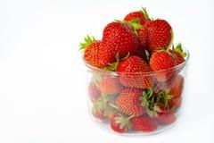 Φράουλα σε ένα διαφανές γυαλί σε ένα άσπρο υπόβαθρο Στοκ Φωτογραφία