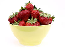 Φράουλα σε ένα κίτρινο φλυτζάνι στοκ εικόνες με δικαίωμα ελεύθερης χρήσης
