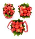 Φράουλα σε ένα κόκκινο καλάθι σε ένα άσπρο υπόβαθρο Στοκ Φωτογραφία