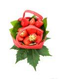 Φράουλα σε ένα κόκκινο καλάθι σε ένα άσπρο υπόβαθρο Στοκ Εικόνες