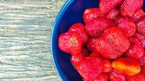 Φράουλα σε ένα κύπελλο με το ξύλινο υπόβαθρο Στοκ φωτογραφία με δικαίωμα ελεύθερης χρήσης