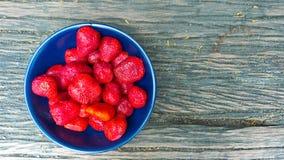 Φράουλα σε ένα κύπελλο με το ξύλινο υπόβαθρο Στοκ εικόνες με δικαίωμα ελεύθερης χρήσης