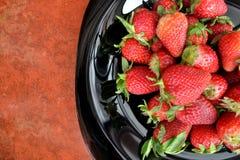 Φράουλα σε ένα μαύρο πιάτο Στοκ φωτογραφία με δικαίωμα ελεύθερης χρήσης