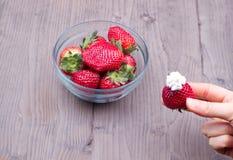 Φράουλες σε ένα πιάτο γυαλιού Στοκ Φωτογραφία
