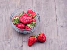 Φράουλα σε ένα πιάτο γυαλιού Στοκ φωτογραφίες με δικαίωμα ελεύθερης χρήσης