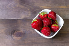 Φράουλα σε ένα σκοτεινό ξύλινο υπόβαθρο απομονωμένο λευκό φραουλών ανασκόπησης κήπος Στοκ φωτογραφίες με δικαίωμα ελεύθερης χρήσης
