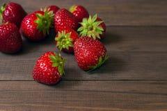 Φράουλα σε ένα σκοτεινό ξύλινο υπόβαθρο Στοκ Φωτογραφίες