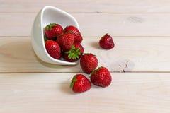 Φράουλα σε ένα σκοτεινό ξύλινο υπόβαθρο Στοκ Εικόνα