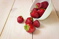 Φράουλα σε ένα σκοτεινό ξύλινο υπόβαθρο Στοκ Εικόνες