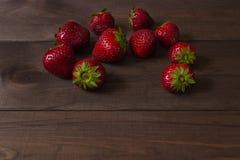 Φράουλα σε ένα σκοτεινό ξύλινο υπόβαθρο Στοκ φωτογραφία με δικαίωμα ελεύθερης χρήσης