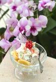 Φράουλα σοκολάτας μιγμάτων παγωτού και μπανάνα, φρούτα κερασιών Στοκ φωτογραφία με δικαίωμα ελεύθερης χρήσης