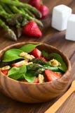 Φράουλα, σπαράγγι, σπανάκι, σαλάτα ξύλων καρυδιάς Στοκ Εικόνες