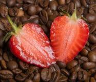 φράουλα στα φασόλια καφέ Στοκ Φωτογραφία