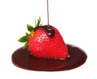Φράουλα στη λειωμένη σοκολάτα που απομονώνεται Στοκ Εικόνα