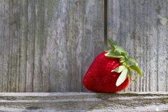 Φράουλα στο ξύλινο υπόβαθρο Στοκ εικόνες με δικαίωμα ελεύθερης χρήσης