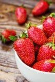 Φράουλα στο πιάτο Φράουλα, φράουλες, φράουλα σε ένα ξύλινο υπόβαθρο Στοκ Εικόνες