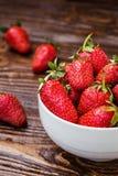 Φράουλα στο πιάτο Φράουλα, φράουλες, φράουλα σε μια ξύλινη ΤΣΕ Στοκ φωτογραφία με δικαίωμα ελεύθερης χρήσης