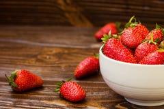 Φράουλα στο πιάτο Φράουλα, φράουλες, φράουλα σε μια ξύλινη ΤΣΕ Στοκ Εικόνα