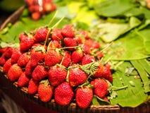 Φράουλα στο banan φύλλο στοκ εικόνα με δικαίωμα ελεύθερης χρήσης