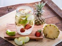Φράουλα της Apple και εμποτισμένο ανανάς νερό Στοκ φωτογραφίες με δικαίωμα ελεύθερης χρήσης