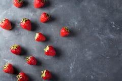 Φράουλα Φρέσκια φράουλα στο σκοτεινό υπόβαθρο Κόκκινη φράουλα Αόριστα τοποθετημένες φράουλες στις διαφορετικές θέσεις Στοκ Εικόνες
